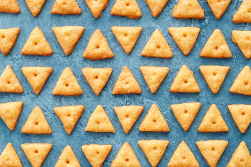 треугольные сырные крекеры